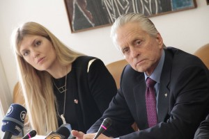 Beatrice Fihn från ICAN och Michael Douglas vid presskonferens om humanitära konsekvenser av kärnvapen. Foto: ICAN
